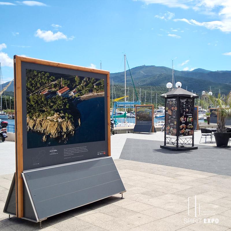 panneau bois pour exposition photos en extérieur