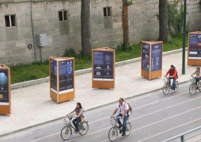 totem mobilier 3 faces pour expo extérieur